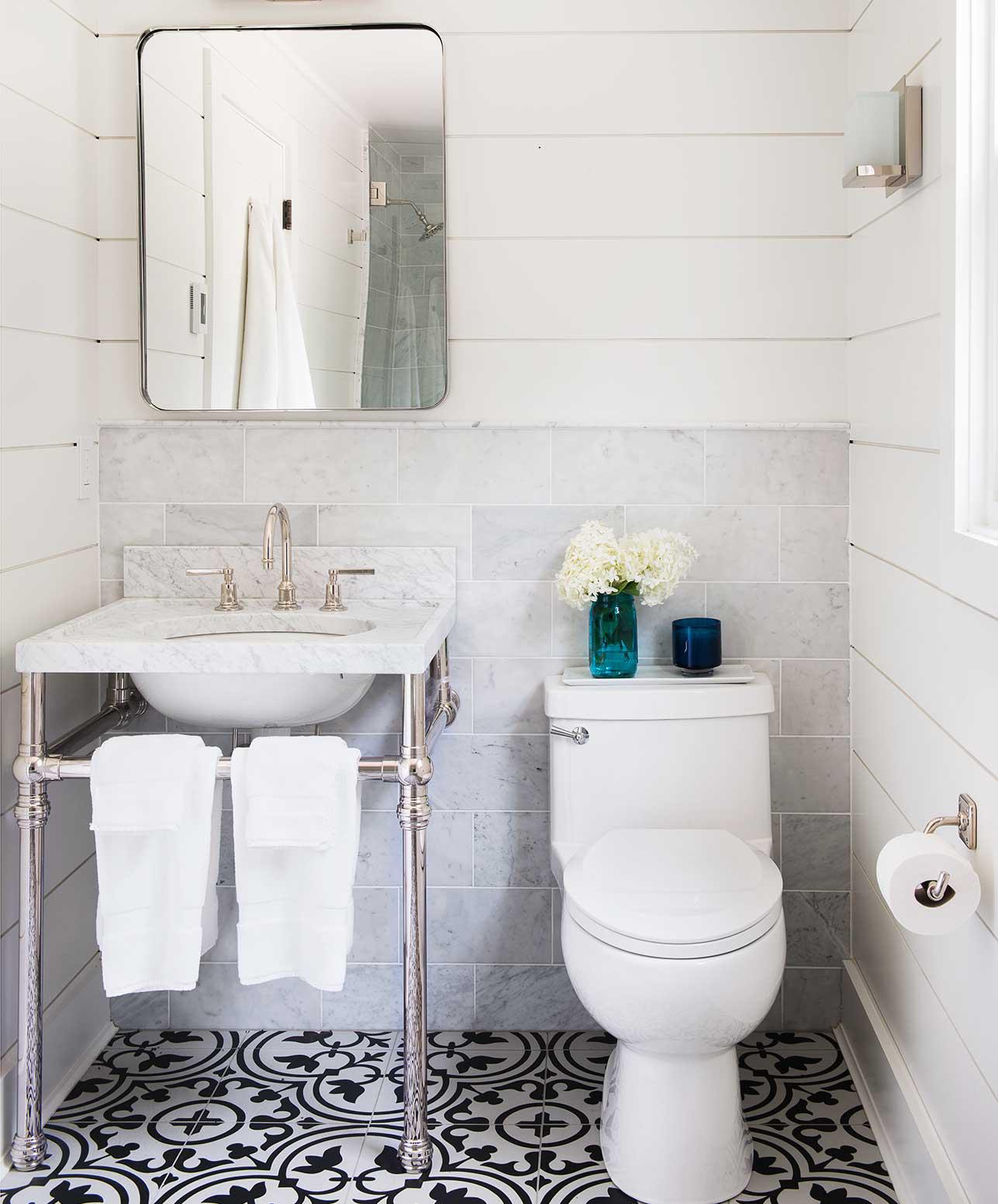 Curata obiectele sanitare din baie